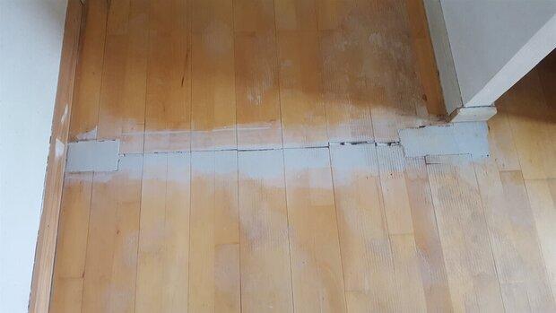 Gulvet i gangen under tæppet (der er fjernet en dør)